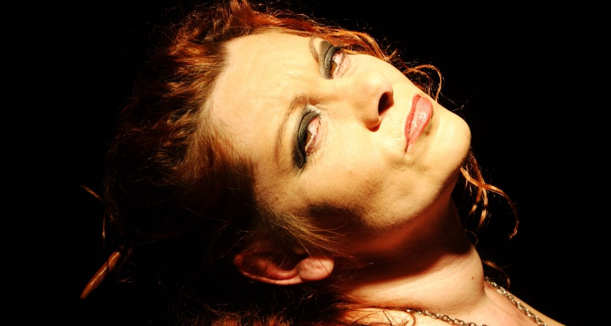 A színésznő, aki kurtizánnak állt  <br><p class='alcim'> – beszélgetés a vad, őszinte és befoghatatlan Ágenssel, 1. rész</p>