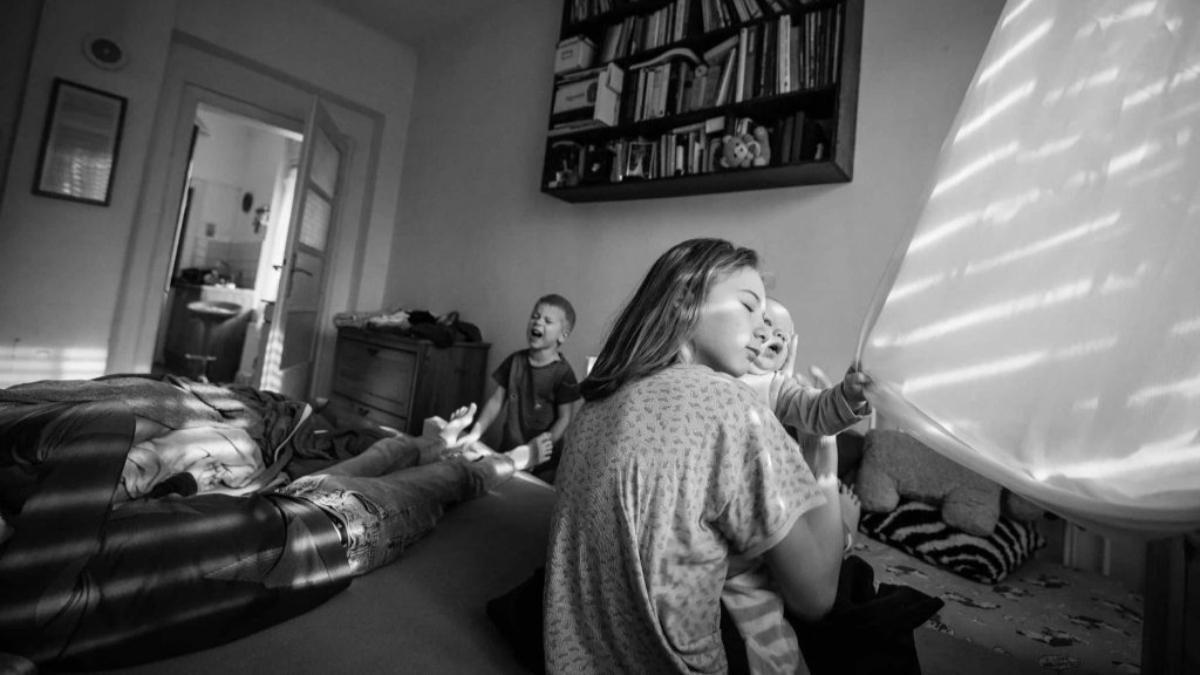 Családmesék: dokumentarista fotók egy édesanya szemével