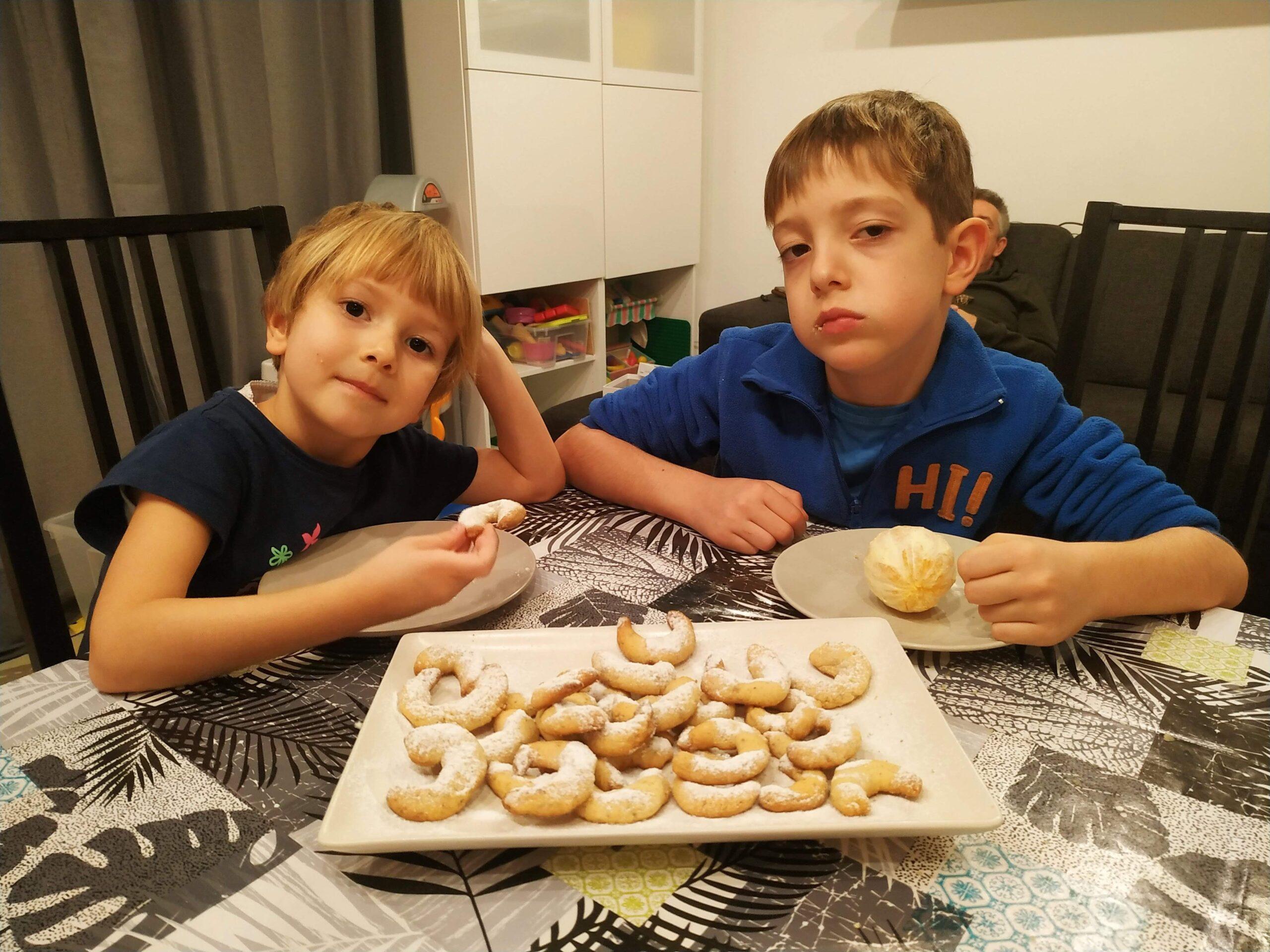 diós hókiflik, gyerekek sütnek, konyha