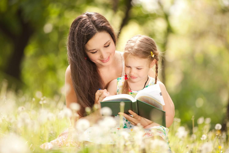 olvasás, könyv, anya és lánya