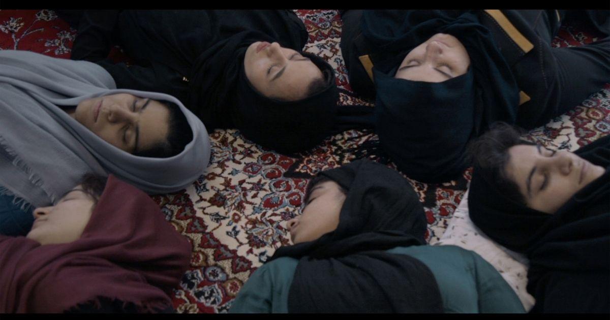 Örök árnyék  <br><p class='alcim'> – egy iráni lánynevelő intézet falai közé költözünk kicsit</p>