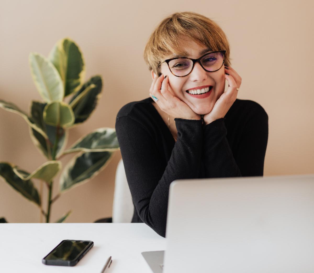 online állásinterjú, önbizalom, sikeres interjú, stílusos megjelenés, színtanácsadás, online állásinterjúhoz