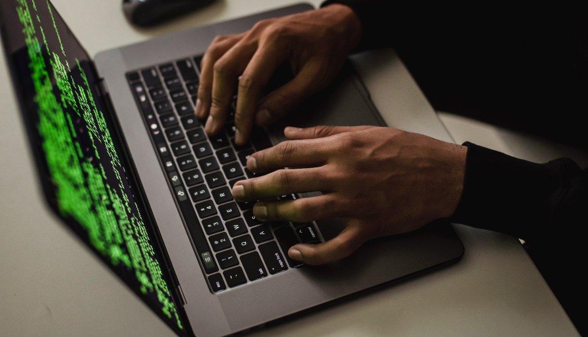 webkamera, kiberbűnöző, veszély, csalók, gyerekek