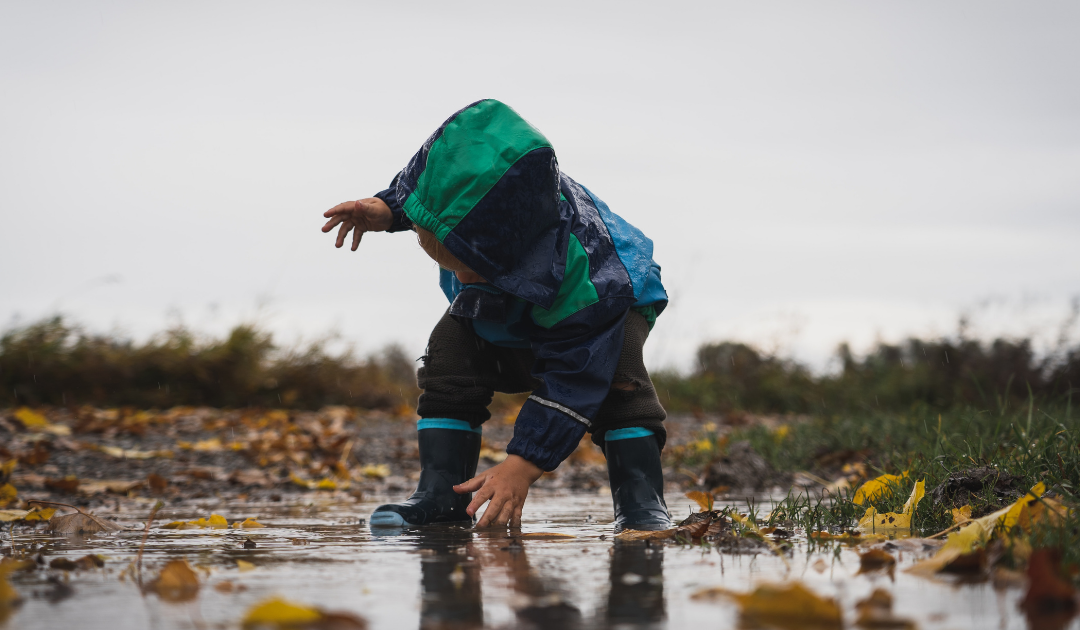 5+1 ok, amiért érdemes kiengedned a gyermeked az esőbe